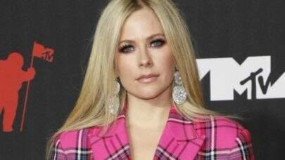 """Em premiação, Avril Lavigne revela detalhes das músicas do seu novo álbum: """"Colaborei com pessoas muito legais"""""""