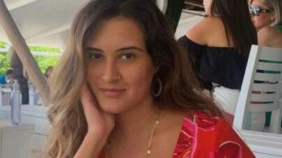 Filha de Fátima Bernardes posa bem à vontade de maiô e exibe boa forma na web