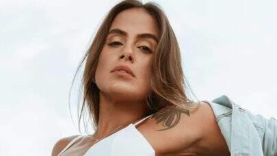 Ex-BBB Carol Peixinho curte dia na praia e exibe beleza natural aos seguidores