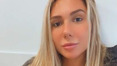 """Carolina Portaluppi é clicada na praia e volume ousado faz sucesso: """"Redondinho!"""""""