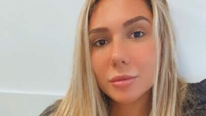"""Carolina Portaluppi exibe curvas na praia com biquíni PP e provoca: """"Vou morar na sua mente"""""""