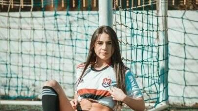 """7 vezes que a musa do Flamengo, Renata Hausenbak, esbanjou boa forma e impressionou: """"Gata!"""""""