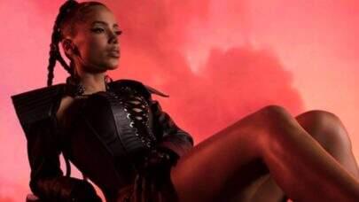 """Em seu novo clipe internacional, Anitta mostra todo seu gingado brasileiro em """"Faking Love""""; confira"""