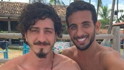 """Johnny Massaro e amigo de infância assumem namoro e contam detalhes: """"Faz oito meses hoje"""""""