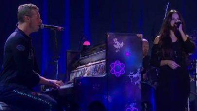 """Coldplay e Selena Gomez fazem performance musical de """"Let Somebody Go"""" pela primeira vez e emociona fãs"""