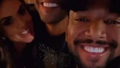 Nego do Borel posa sorridente com Nicole Bahls após semana polêmica